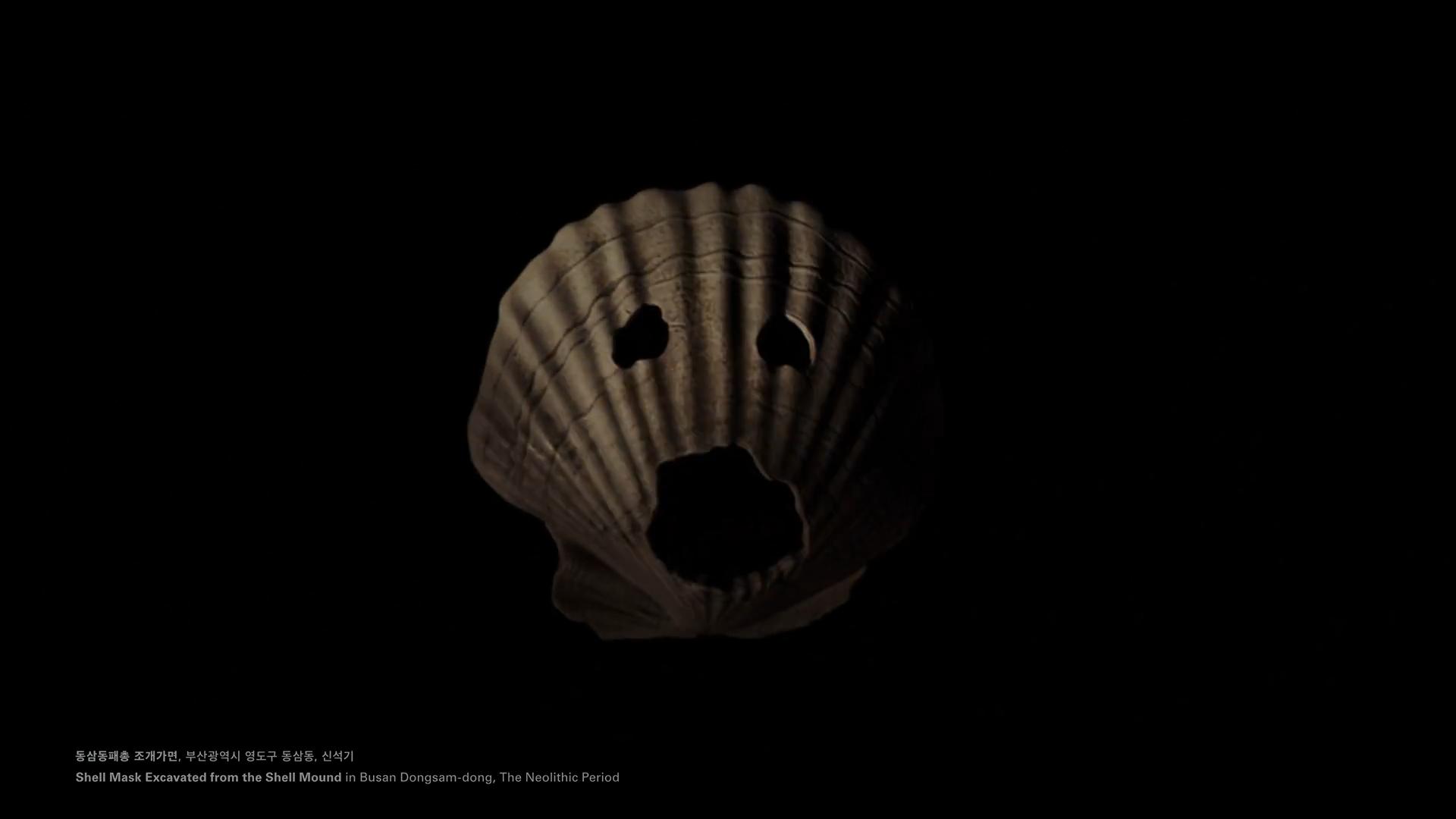 ยุคสมัยนีโอลิธิก – เปลือกหอยรูปหน้ากาก ขุดพบจากแหล่งโบราณคดีเปลือกหอยใน ปูซาน ดงซาม-ดง